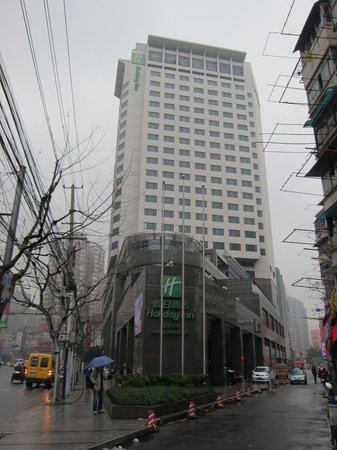 Holiday Inn Shanghai Vista: The hotel entrance on a rainy day