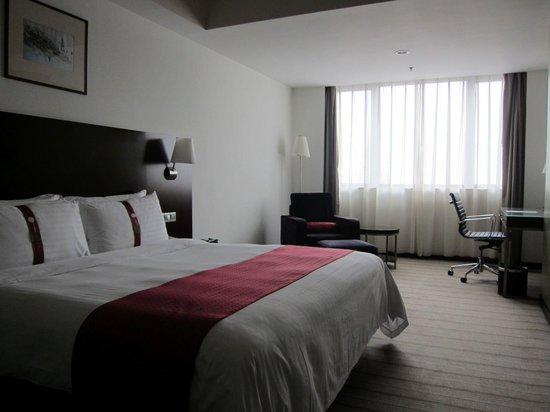 Holiday Inn Shanghai Vista : King size bedroom: plenty of space