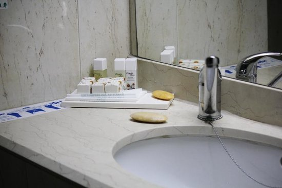 Lordos Beach Hotel: Bathroom amenities