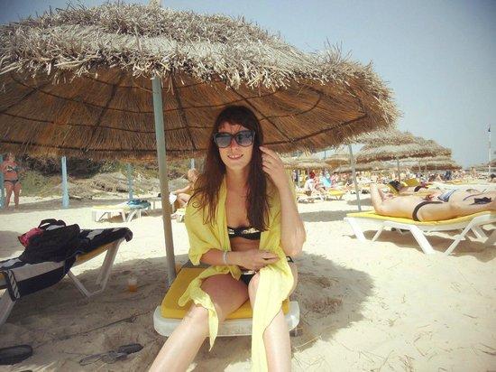 JAZ Tour Khalef Thalasso & Spa : На пляже отличные зонтики