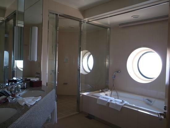 Yokohama Royal Park Hotel : 窓付きの広いバスルーム