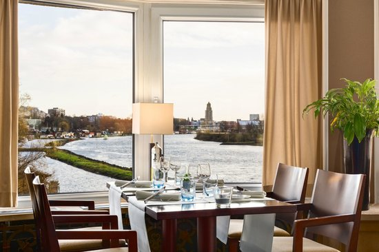 NH Arnhem Rijnhotel : Restaurant with a view over the Rhine River