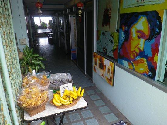 Bird Guesthouse: バナナや菓子類も販売
