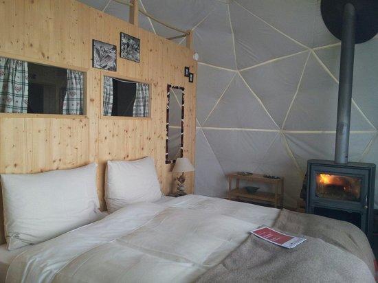 Whitepod Eco-Luxury Hotel : Le lit douillet