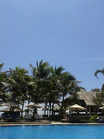 Blue Ocean Resort : Blick vom Pool zum Strand, mit Blick auf Restaurant