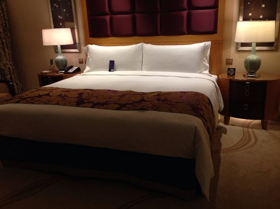 Conrad Macao Cotai Central: King Suite - bedroom with the most amazing bed