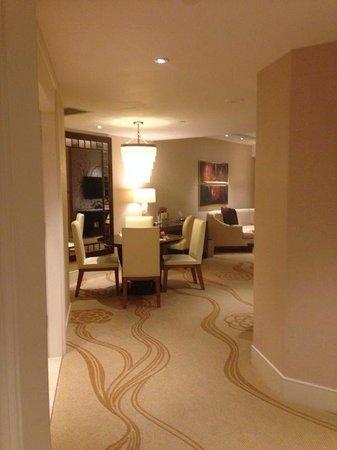 Conrad Macao Cotai Central: Living room/Dining room