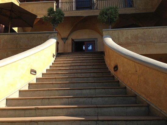 Castello di Monte : Entrance to the hotel