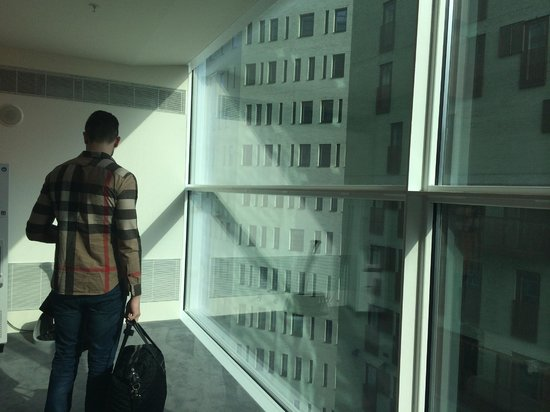 Room Mate Aitana: Corridor - Up to ceiling windows