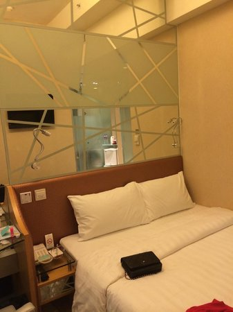 Dorsett Mongkok Hong Kong : Bedroom, everywhere is mirror