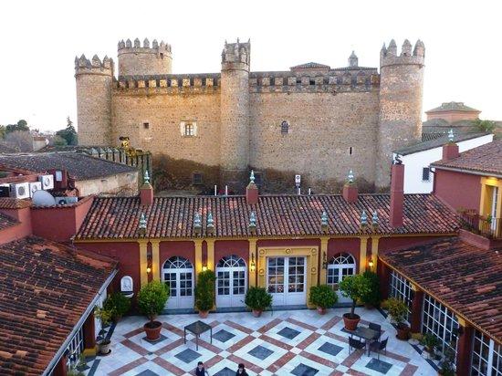 Hotel Huerta Honda: お部屋からの眺め(城壁はパラドール)