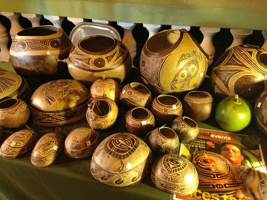 Malecon: Beautifully carved gourds
