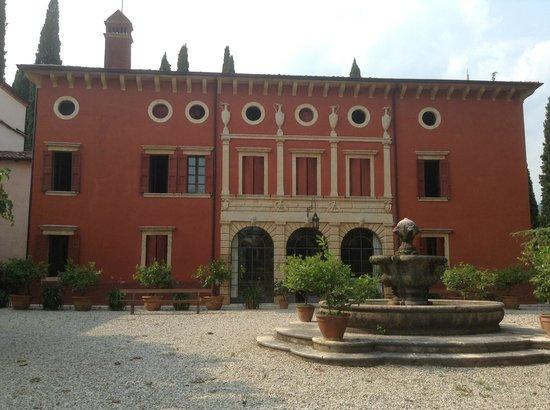 B&B Corte Palazzo Rosso: Vista dalla Camera Ciliegio sulla Villa