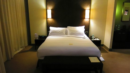Sofitel Auckland Viaduct Harbour: Fantastic bed with European style pillows and clean sheet