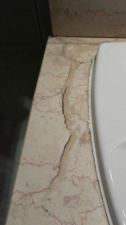 Timhotel Paris Place D'Italie : Des fentes près du lavabo