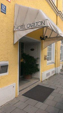 Hotel Carlton Astoria: Вход