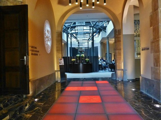 Steigenberger Grandhotel Handelshof: Halle und Lounge