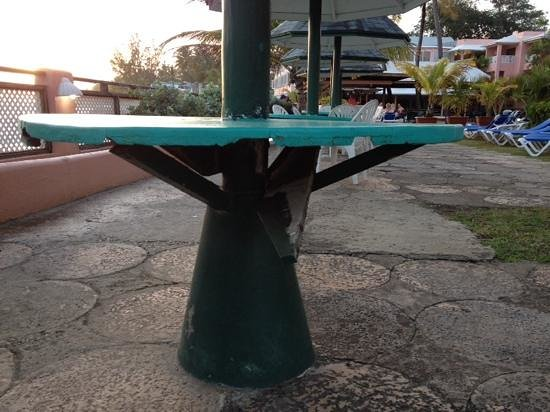 Barbados Beach Club: broken table