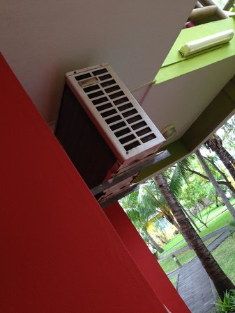 Hotel Tamarin : rusted, leaking, air conditioner