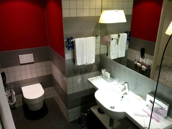 Radisson Blu Hotel, Zurich Airport: mainly grey, but with some warm color to wake you up
