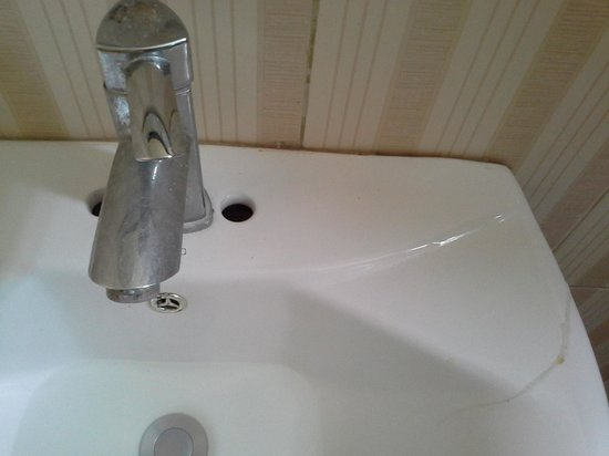 S8 Hotel : basin broken, tap rusted, drain not working