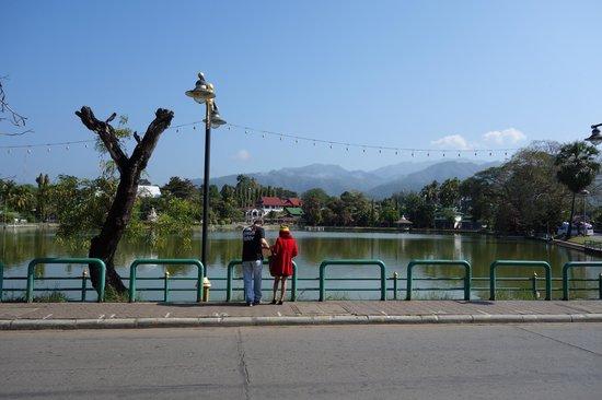 Piya Guest House: lake