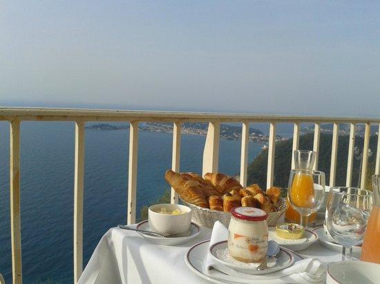 Chateau de la Chevre d'Or: Petit déjeuner/vue mer