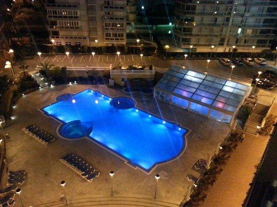 Gran Hotel Peniscola : Piscina por la noche y, al fondo, el spa