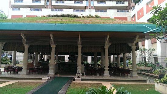 ITC Gardenia, Bengaluru : bar/portico
