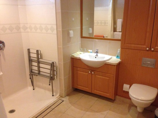 Golden Height Hotel: シャワールーム、洗面台、トイレ