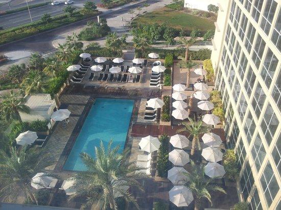 Centro Yas Island Abu Dhabi by Rotana: piscina