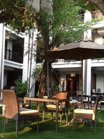 De Lanna Hotel, Chiang Mai : mesa do café da manhã no jardim ao lado da piscina