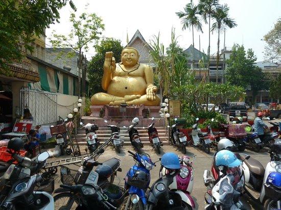 Wat Mung Muang: Стоянка рядом с храмом.