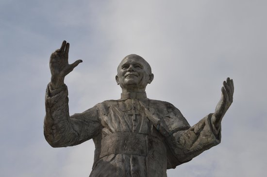 Basilique Notre Dame de Fourviere: Pope John Paul II statue