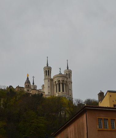 Basilique Notre Dame de Fourviere: Basilique taken looking up from the Old Town