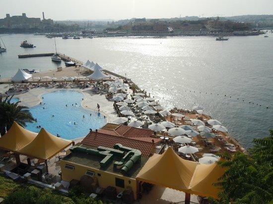 Excelsior Grand Hotel: Vu sur la plage privée et la piscine exterieur de l'hôtel