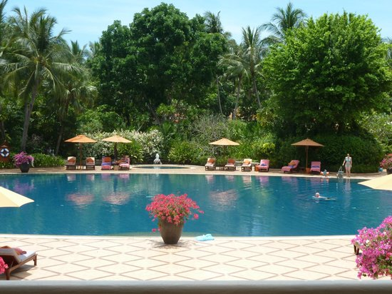Santiburi Beach Resort & Spa: Pool im Hotel