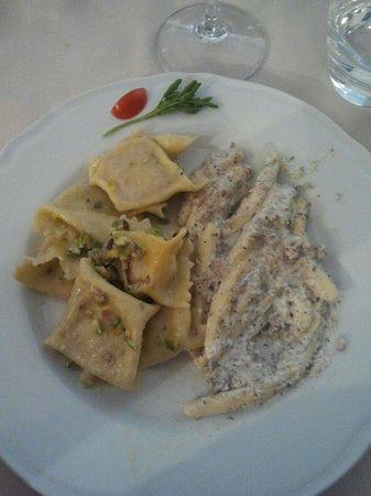 Ristorante Capponi: Ravioli con ripieno di mortadella e ragù di pistacchi + strozzapreti alla norcina