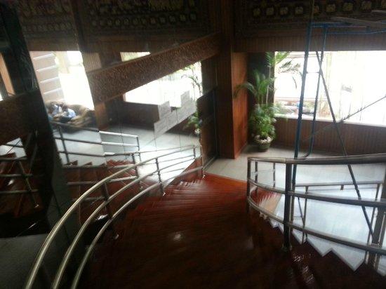 Yuzana Hotel : Yuzana Restaurant Stairway