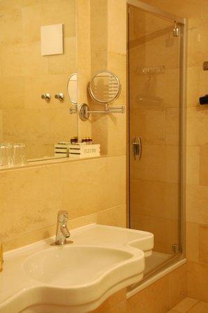 Grand Hotel Orphee: Bathroom