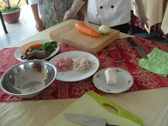 Van Loi Hotel: Preparing food - cooking class