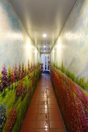 Golden Sun Villa Hotel: The corridor from the street to the entrance