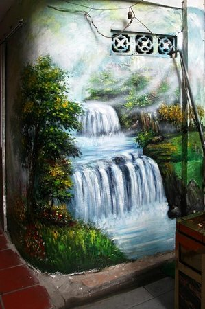 Golden Sun Villa Hotel: The wall painting opposite the entrance