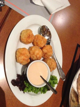 Athinaikon Restaurant: Shrimp and crayfish croquettes with spicy sauce!! Excellent!!