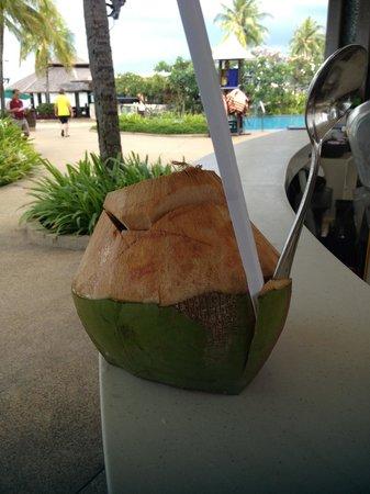 Shangri-La's Tanjung Aru Resort & Spa : ココナツジュース