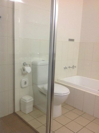 Saltbush Motor Inn: Shower