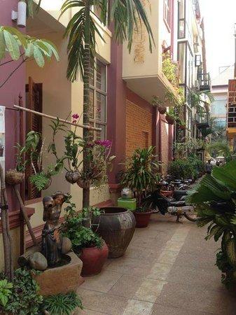 Neth Socheata Hotel: Lane at front