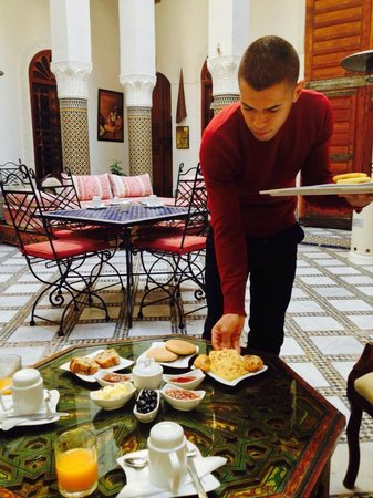 Riad Dar Skalli: Breakfast is served...