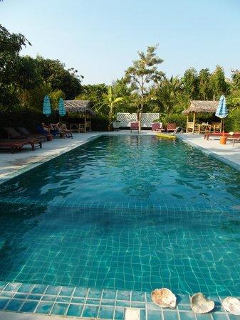 Da Kanda Villa Beach Resort: piscine de l'hotel