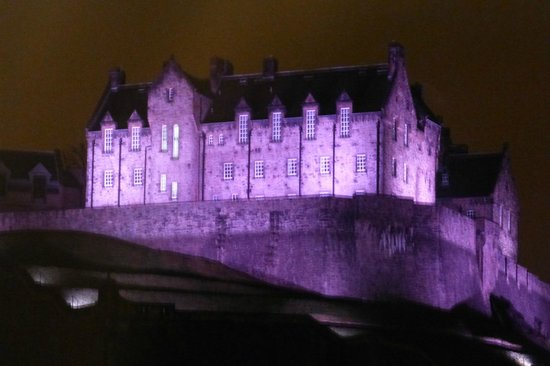 Premier Inn Edinburgh City Centre (Princes Street) Hotel: Night time view from our room